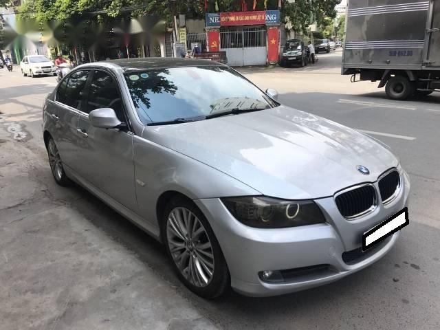 Gia đình cần bán BMW 320i đời 2009 số tự động, màu bạc