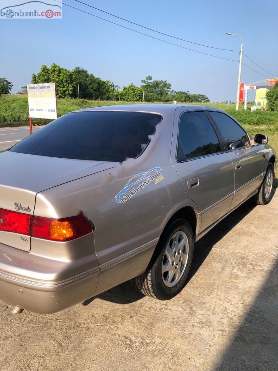 Cần bán gấp Toyota Camry 3.0 V6 đời 2001, màu vàng, nhập khẩu