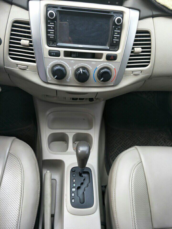 Gia đình cần bán xe Innova 2012, số tự động, phom mới, màu bạc