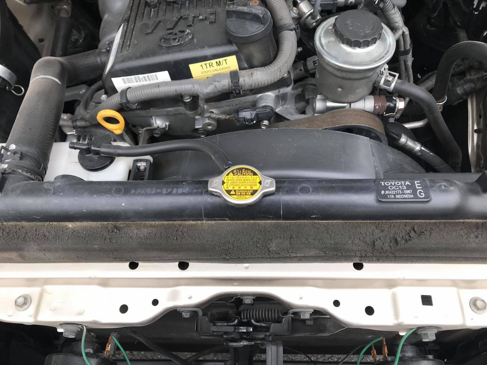 Cần bán xe Toyota Innova E đời 2016, màu vàng, như mới, 410tr